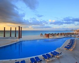 Swimming pool Krystal Cancún Hotel -